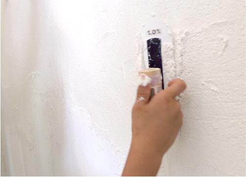 漆喰を塗ってる様子